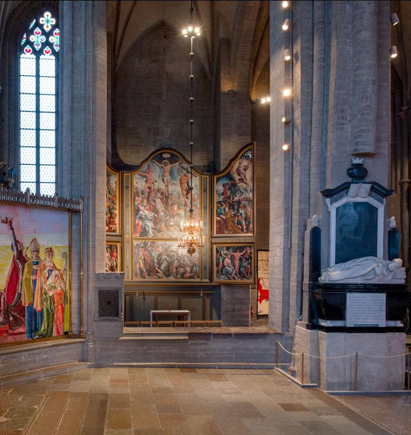 De situatie voor de fotografie van het altaarstuk van Maarten van Heemskerk in Linköping in Zweden