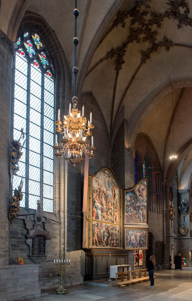 Bij de fotografie van het altaarstuk van Maarten van Heemskerk was een hoogwerker nodig