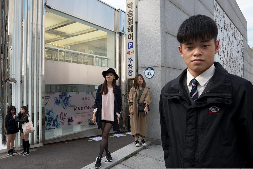 Jonge mensen op straat in Seoul