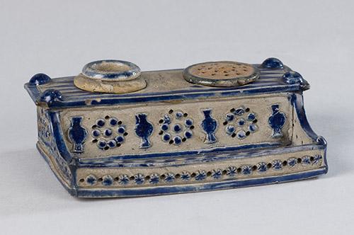 Een object van steengoed op de foto door Margareta Svensson