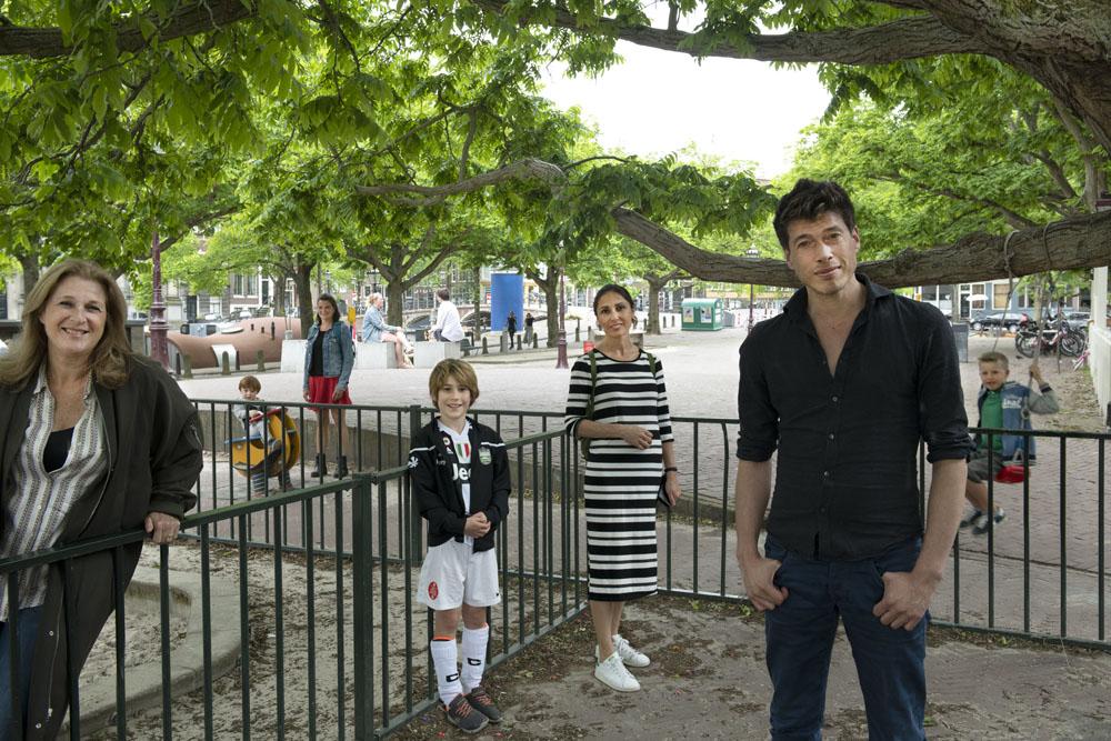 Buiten spelen op het Amstelveld in Amsterdam.
