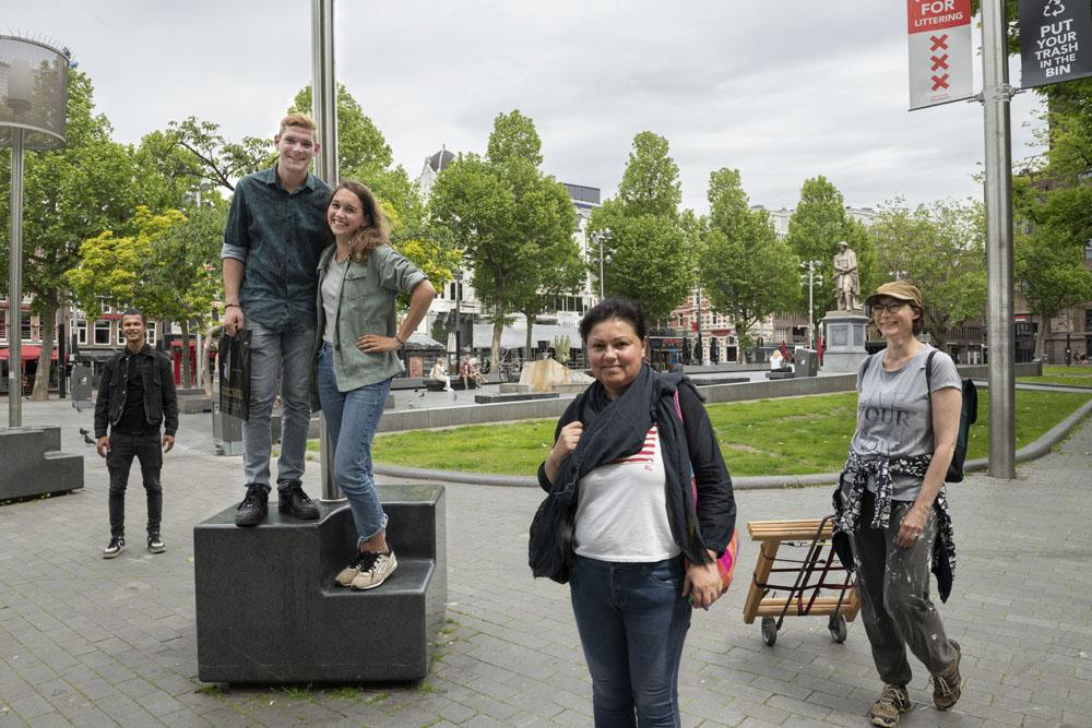 Amsterdammers genieten van de ruimte in een stad zonder touristen.