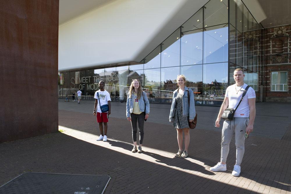 In de laatste zonnestraal voor het Stedelijk Museum in Amsterdam.